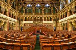 budapest-parlament-belulrol.jpg